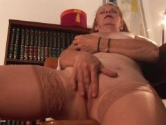 Mature masturbation in the toilet