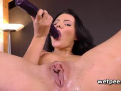 Vanessa Deckers gapped pussy pees in close-up